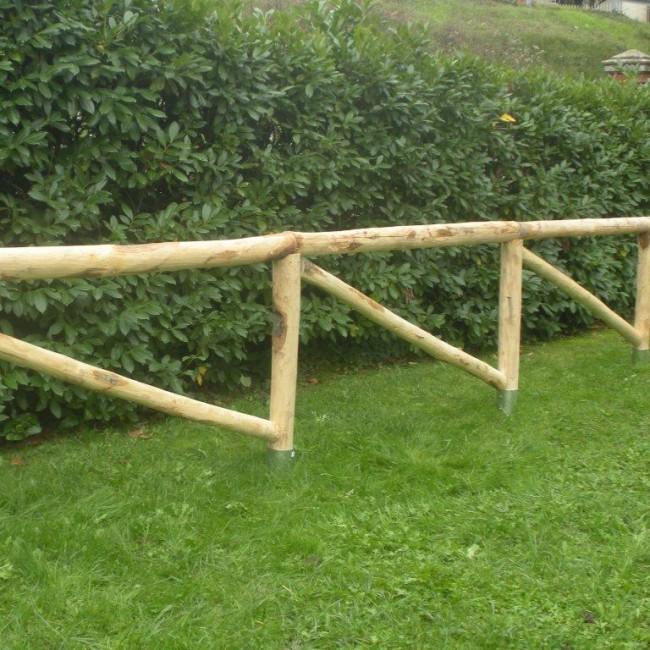 Staccionata traversa diagonale in castagno scortecciato - Staccionata in legno per giardino ...