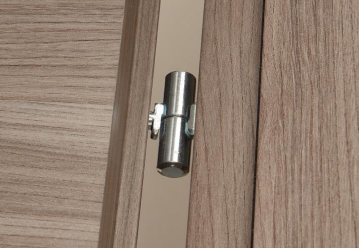 Porta interna in legno dettaglio cerniera