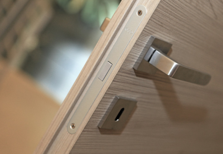 Porta interna in legno dettaglio maniglia