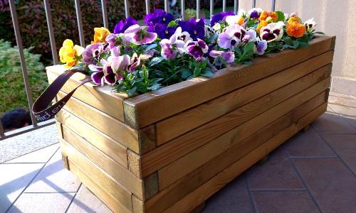 Fioriera in legno sul terrazzo