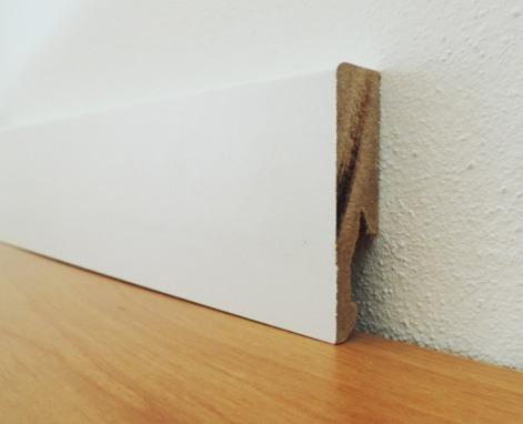 Battiscopa bianco in legno