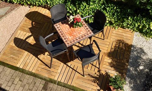 Pavimento in legno da esterno con mattonelle