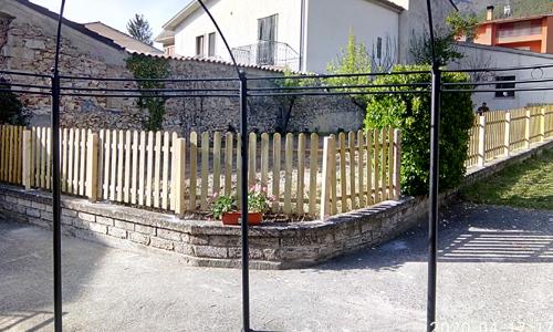Steccato in legno usato come recinzione di casa