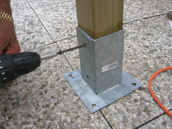 Montaggio staffe di fissaggio a terra per steccato in legno